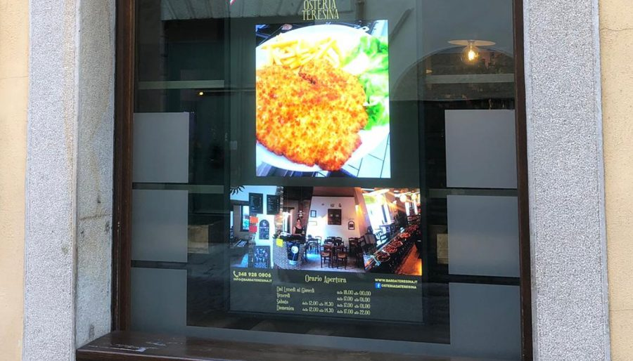 Digital Signage con monitor in vetrina – Osteria Teresina
